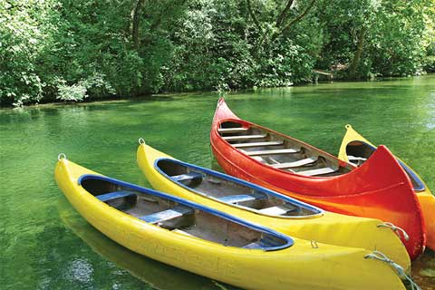 river-kayaks-canoes-colorful_$